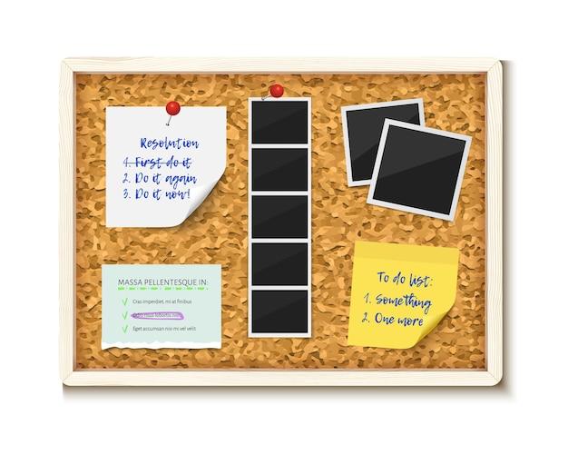 Itens fixados no quadro de cortiça com moldura de madeira. fotos, nota adesiva, papel de caderno rasgado, lista de tarefas