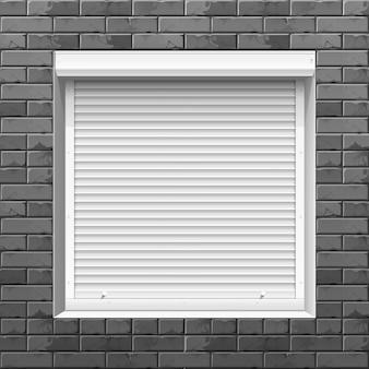 Janela com persianas em uma parede de tijolo