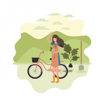 Jardineiro de mulher com paisagem e bicicleta