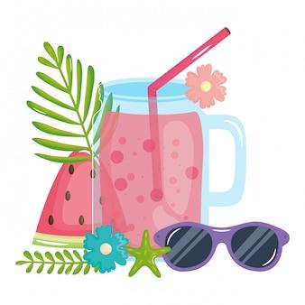Jarra de frutas frescas de suco com palha e óculos de sol