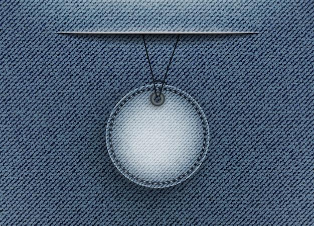 Jeans azul com emblema e fenda de suspensão