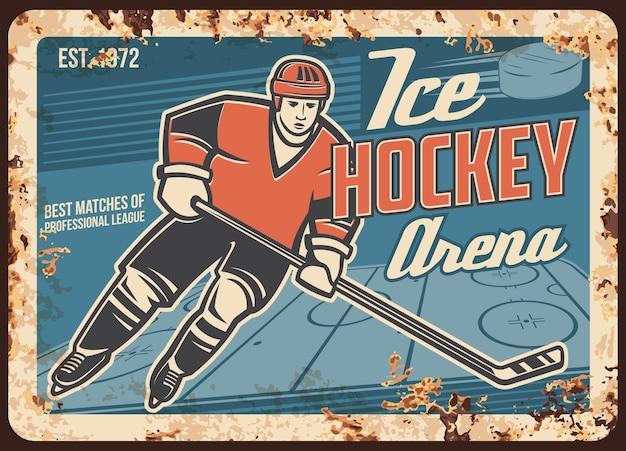 Jogador de hóquei no gelo em uma placa de metal enferrujada da arena