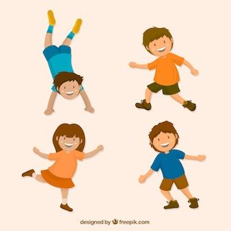 Jogo colorido de quatro miúdos que jogam