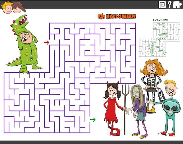 Jogo de puzzle labirinto de desenhos animados com crianças na festa de halloween