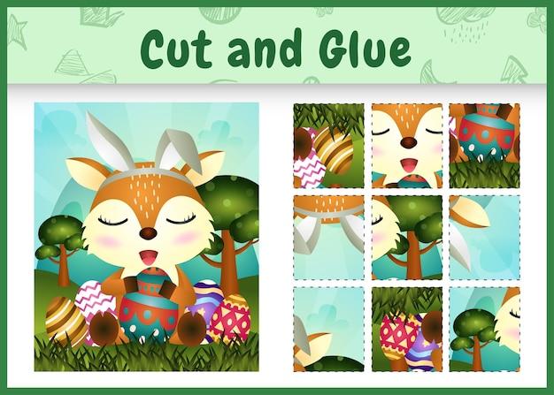 Jogo de tabuleiro infantil para cortar e colar o tema da páscoa com um cervo fofo usando tiaras com orelhas de coelho abraçando ovos