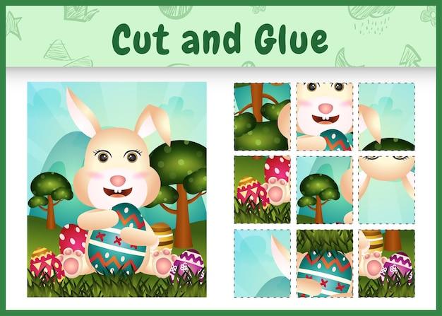 Jogo de tabuleiro infantil para cortar e colar o tema da páscoa com um coelho fofo usando tiaras com orelhas de coelho abraçando os ovos