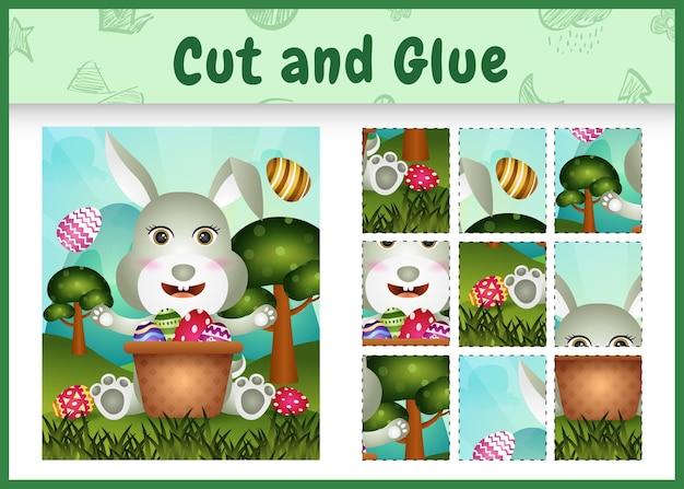 Jogo de tabuleiro infantil recortar e colar o tema da páscoa com um coelho fofo no ovo balde