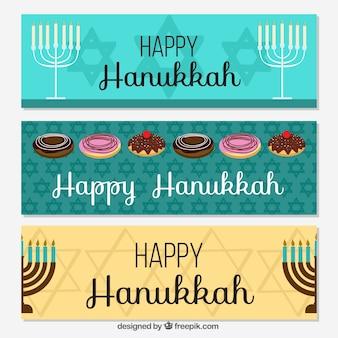 Jogo de três bandeiras com candelabros e doces para hanukkah