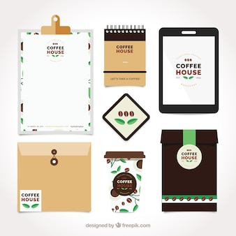 Jogo dos artigos de papelaria e acessórios de café no design plano