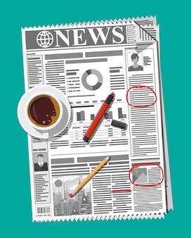 Jornal com notas e lembretes, xícara de café, lápis.