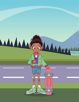 Jovem adolescente afro com uma placa de skate na estrada.