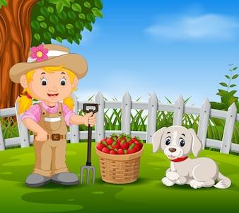 Jovem agricultor perto de suas frutas colhidas