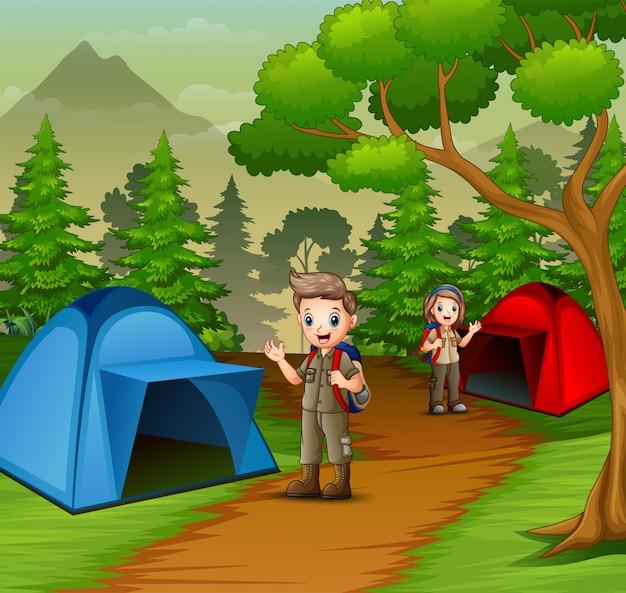 Jovem batedor na cena da zona de acampamento