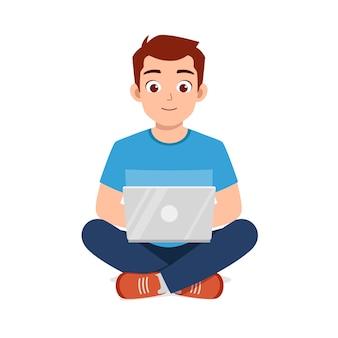 Jovem bonito usando laptop e trabalho