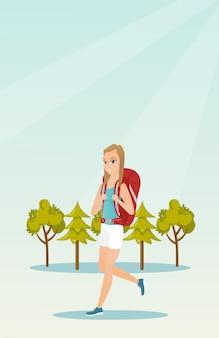 Jovem branca caucasiana com uma mochila caminhadas