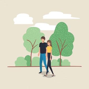 Jovem casal andando sobre o personagem do parque