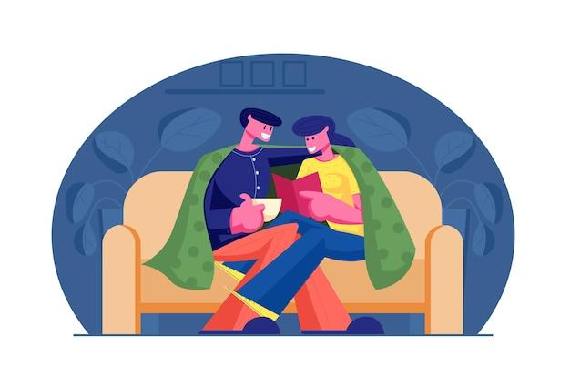 Jovem casal apaixonado passa tempo em casa sentados no sofá juntos sob a xadrez lendo o livro e bebendo bebidas na noite de fim de semana. ilustração plana dos desenhos animados