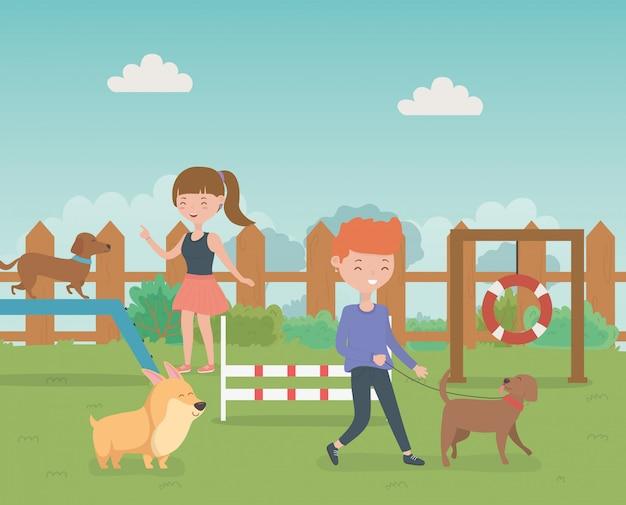 Jovem casal com cachorrinhos bonitos mascotes no campo