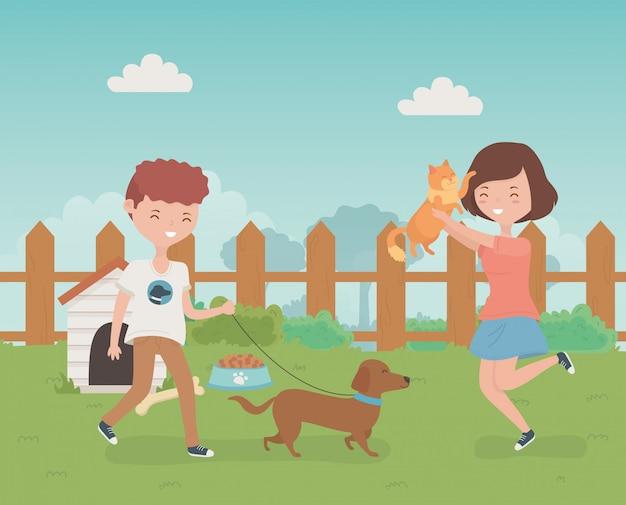 Jovem casal com giro pequeno cão e gato mascotes