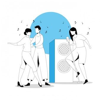 Jovem casal dançando com mulher cantando