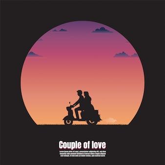 Jovem casal de silhueta na motocicleta