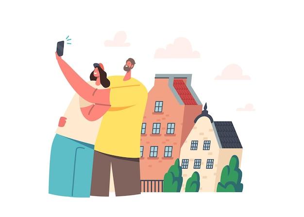 Jovem casal fazendo selfie no telefone em frente à sua nova casa ou rua da cidade estrangeira. personagens felizes de amigos do sexo masculino e feminino fotografam retratos perto de edifícios. ilustração em vetor desenho animado