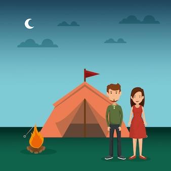 Jovem casal na zona de camping