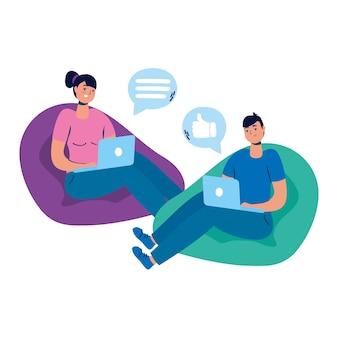 Jovem casal sentado em sofás, usando laptops e mídias sociais.