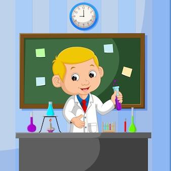 Jovem cientista aponta para lousa e sorrindo