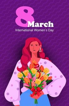 Jovem com flores celebrando o dia internacional das mulheres, conceito de celebração do feriado de 8 de março