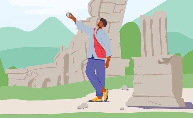 Jovem com mochila fazendo selfie em smartphone em antigas ruínas de fundo. viajar para um país estrangeiro