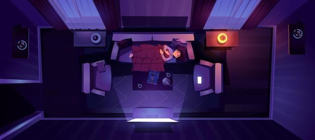 Jovem dormindo no sofá na vista de cima à noite,
