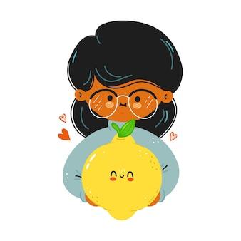 Jovem e fofa garota engraçada segurando limão na mão
