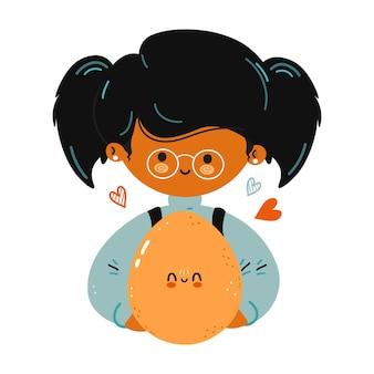 Jovem e fofa garotinha engraçada segurando um ovo