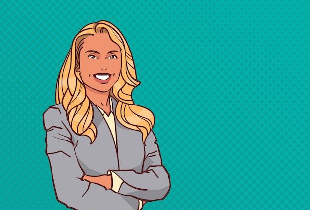 Jovem empresária dobrado mãos pose mulher de negócios sorriso fêmea