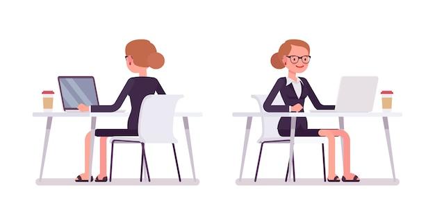 Jovem empresária trabalhando no computador, traseira e vista frontal