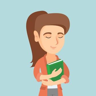 Jovem estudante caucasiana, abraçando um livro.