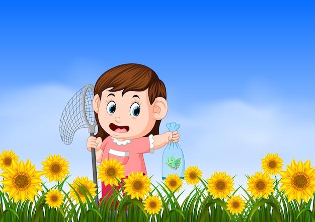 Jovem garota pegando butterflyin a selva