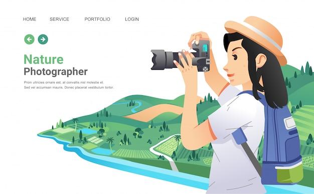 Jovem garota tirando uma foto da bela paisagem rural com câmera digital, garota usando chapéu e trazer mochila.