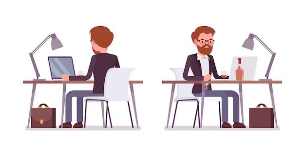 Jovem gerente masculino trabalhando no computador, traseira e vista frontal