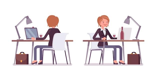 Jovem gerente mulher trabalhando no computador, vista traseira e frontal
