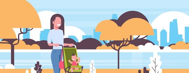 Jovem mãe e bebê recém-nascido no carrinho