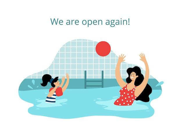 Jovem mãe e filha na piscina brincando com uma bola vermelha piscinas públicas