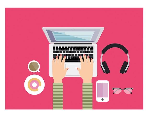 Jovem, menina, trabalhando, digitando, cor-de-rosa, escrivaninha