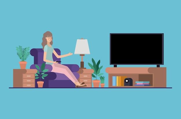 Jovem mulher assistindo tv na sala de visitas