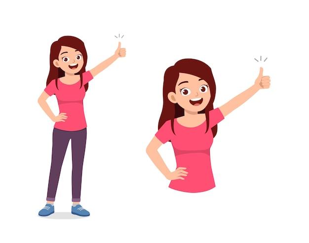 Jovem mulher bonita fazendo pose de polegar para cima