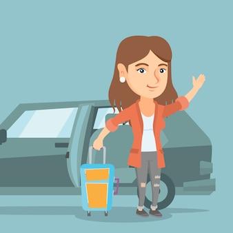 Jovem mulher caucasiana acenando na frente do carro.