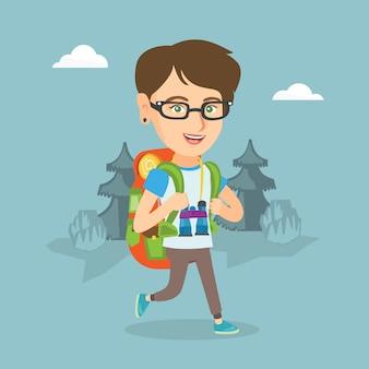 Jovem mulher caucasiana com uma mochila caminhadas.