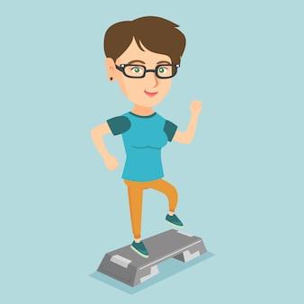 Jovem mulher caucasiana, exercitando-se mais íngreme.