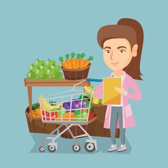Jovem mulher caucasiana, verificando uma lista de compras.